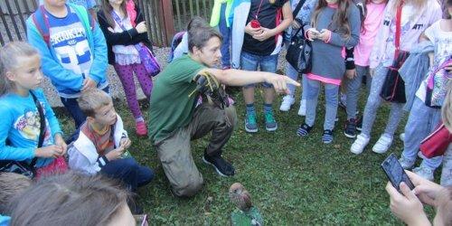 """2015-09-29   """" Ochrona ptaków drapieżnych drogą do zachowania bioróżnorodności""""- wyjazdowe zajęcia warsztatowe w sokolarni"""